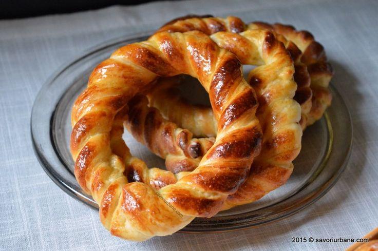 Covrigi polonezi insiropati cu miere sau cu glazura de sirop de zahar. Un fel de impletituri foietate, vanilate si aromate, bine insiropate. Pentru aceasta