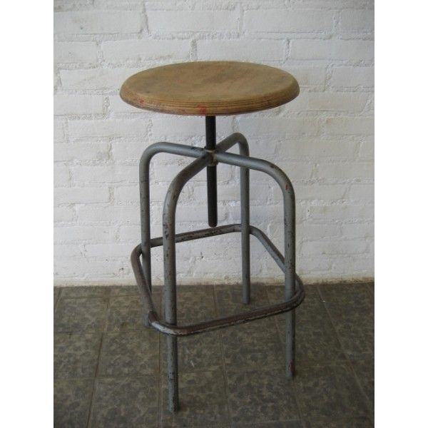 Industriële, in hoogte te verstellen, kruk  Hoogte: 60(min) - 82(max) cm.  Ø zitting: 32 cm.  Herkomst: Frankrijk, jaren '50.  Materiaal: staal / multiplex.