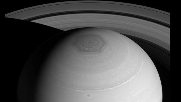 Una Foto De La Nave 'Cassini' Muestra A Plenitud El Hexágono De Saturno