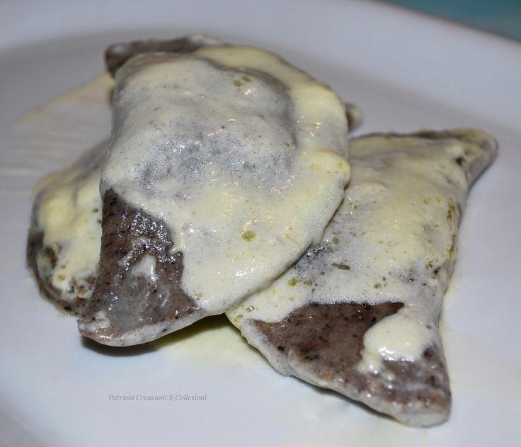 Oggi ravioli con farina di grano saraceno, farciti di carciofi, funghi, gorgonzola e ricotta, noci ed erbe profumate, conditi con panna acid...