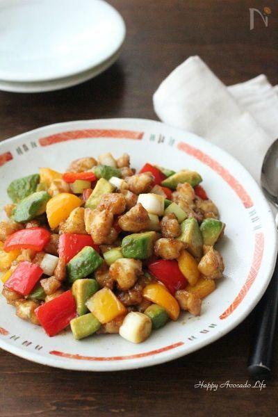 鶏のカシューナッツ炒めをイメージした中華炒め。鶏肉+カシューナッツを膝軟骨で、一石二鳥な使い方。膝軟骨のコリコリのとアボカドのまったりとした食感が絶妙にマッチ♪  ビタミンCとカロテンが豊富なパプリカを合わせ、美容にも嬉しいおつまみです。