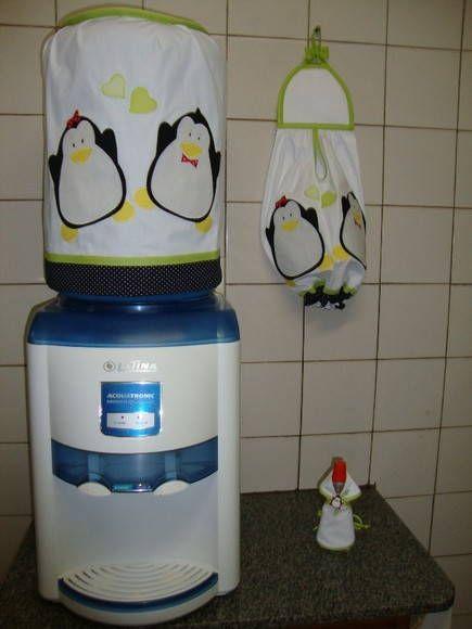 Novas cores no kit de pinguim, ele é o mesmo que foi feito c/ detalhes preto e vermelho (kit de cozinha 62 ), c/ detalhes vermelho c/ marrom (kit de cozinha 69) detalhes em azul royal (kit de cozinha 67), isto mostra que sempre uma nova cor pode ser experimentada p/ combinar c/ a sua cozinha, todos ficaram lindos.    Neste kit foram feitos:    capinha p/ galão de água  capinha p/ botijão de gás  puxa saco  luva decorativa    Acompanha um aventalzinho p/ vidro de adoçante ou tempero. O prazo…
