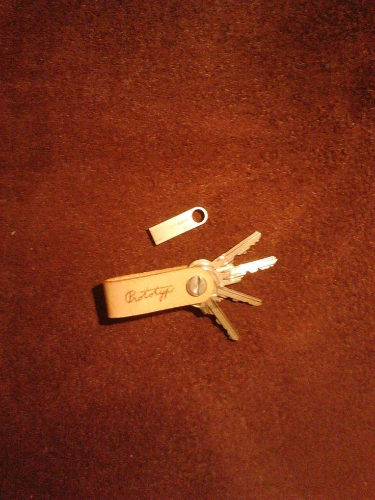 Kožený přívěsek na klíče