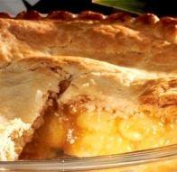 Untar a tarteira com manteiga e forrá-la com a massa quebrada. Partir as maçãs…