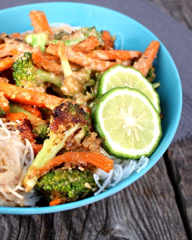 Brokkolitopper og gulrotstrimler stekt i cashewsaus - servert med glassnudler og tahinidressing