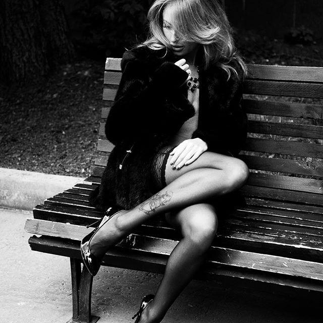 Как можно не любить в женщине чулки с туфлями парфюм с сигаретным дымом растрепанные или наоборот - собранные в пучок волосы? Случайно или специально скинутую лямку от майки под которой ничего нет? Короткие шорты с кроссовками и тату на лодыжке? Оххх... ) by onlypotanin