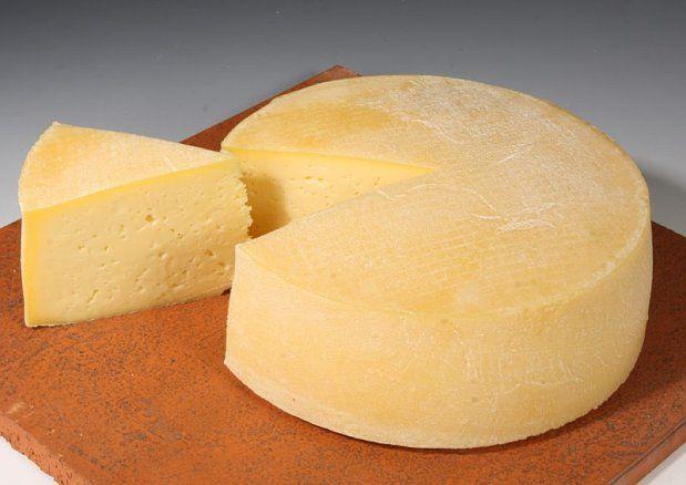 Dado que el queso es rico en proteínas y grasa, tiende a ser muy bajo en hidratos de carbono. A pesar de ello, por ser un derivado de la leche, se incluye dentro de los alimentos recomendados a ingerir en caso tal de llevar a cabo una dieta que no elimine por completo los carbohidratos. Por onza se tiene un gr de carbohidrato.  Fuente: http://www.livestrong.com/es/leche-queso-yogur-info_11625/