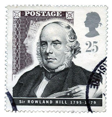 El inglés Rowland Hill encabezó una serie de innovaciones postales en Gran Bretaña, estable- ciendo que el pago de la correspondencia debía hacerlo el remitente y no el destinatario.