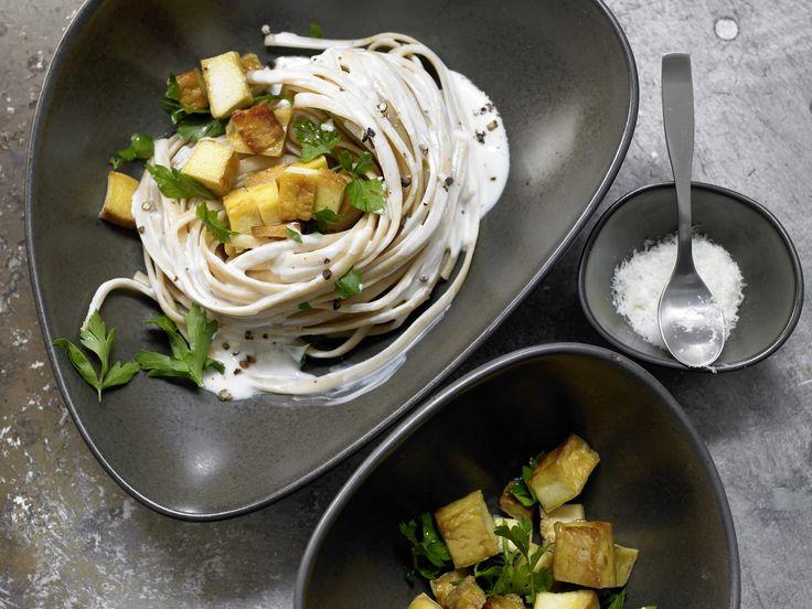 Leichte Variante für Veggies: Spaghetti mit Kräuter-Sojacreme - und Räuchertofu - smarter - Kalorien: 588 Kcal - Zeit: 20 Min. | eatsmarter.de