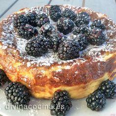 Esta tarta de queso americana (American Cheesecake) puede decorarse con bayas o frutos silvestres, con fresas, con mermeladas... En la foto está espolvoreada con azúcar glas y unas moras silvestres.