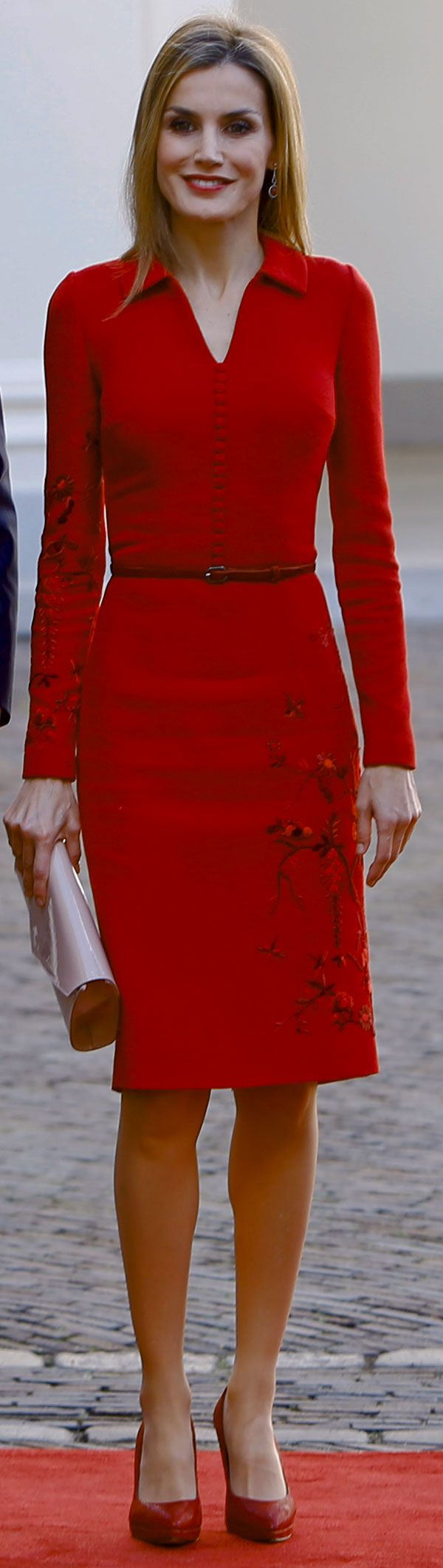 Letizia  - Es un vestido camisero en doble crepé carmesí con bordado asimétrico a mano en diez tonos de hilo de algodón satinado de inspiración oriental, en falda y manga, y estrecho cinturón de ante. Lo acompañó con un sobre de charol rosech, también de Felipe Varela, que últimamente utiliza mucho, y salones de ante,  de Magrit, en el tono del vestido.