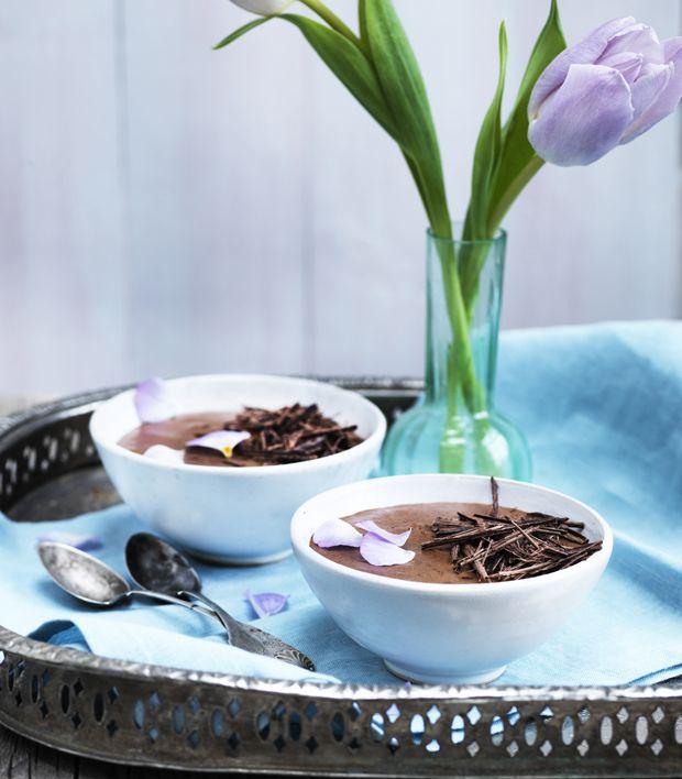 Den klassiske dessert, chokolademousse, er her i de fineste feminine klæder og med et velsmagende tvist. Den fløjlsbløde mousse tager sig godt ud på bordet til nytår!