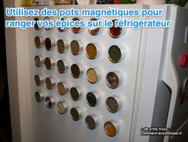 ranger ses épices sur le réfrigérateur avec des pots magnétiques