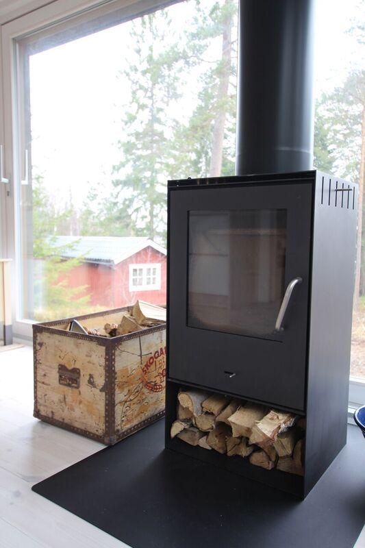 Kamin i modulbyggt attefallshus. www.sommarnojen.se #kamin #fritidshus #sommarhus #skärgårdshus #modulhus #skandinaviskdesign #skandinaviskarkitektur