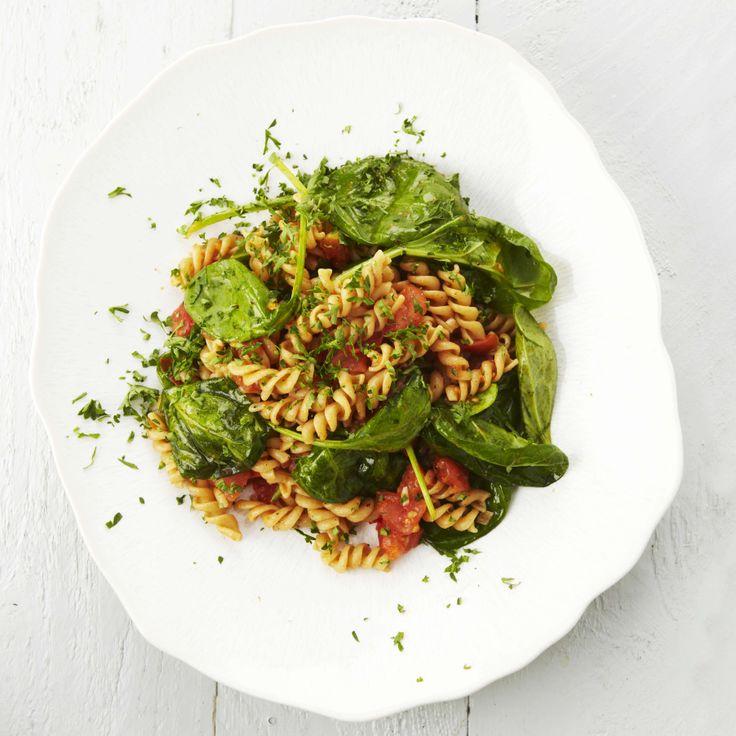In het boek 'Beauty Food 2' van Lesley-Ann Poppe staat deze heerlijke pasta met spinazie en tomaat. Het recept staat hier: www.wpg.be/dagenzondervlees35