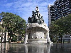 El Monumento Al Doctor Robert Es Un Conjunto Escultórico Situado En La Plaza De Tetuán De Barcelona En El Distrito Del Ensan Monument Landmarks Mount Rushmore