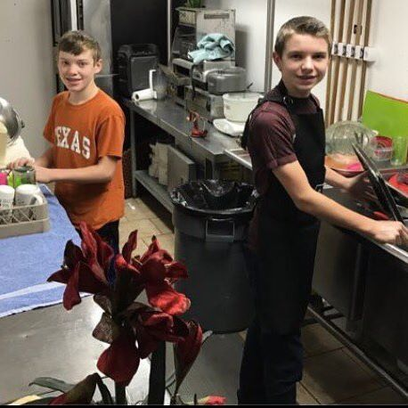 James and Justin doing dishes! Such good boys #jamesduggar #justinduggar #duggars #19kids #19kids #countingon #19kidsandcounting #