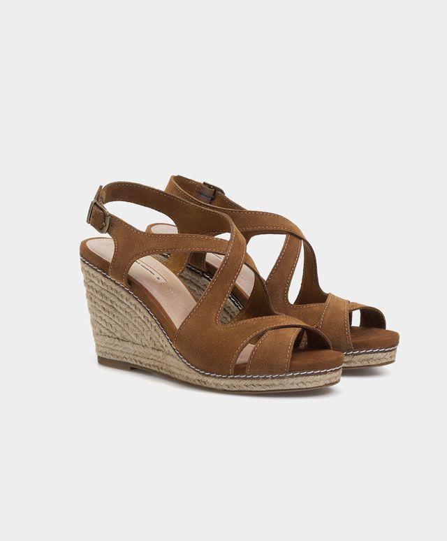Sandale din piele întoarsă cu talpă ortopedică şi barete încrucișate - Încălţăminte - Tendinţe SS 2017 în moda pentru femei, pe Oysho online: lenjerie intimă, lenjerie, îmbrăcăminte sport, etnică, boho, pantofi, accesorii şi modă de plajă.