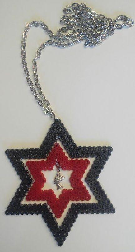 #Colgante de #estrellas de #hama beads con #esfinge #egipcia de #plata  #HOWTO #DIY #artesanía #manualidades