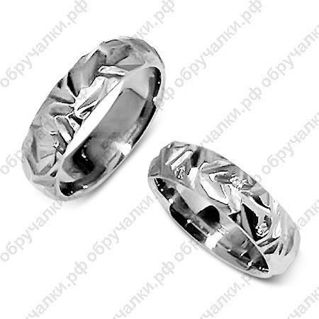 Оригинальные обручальные кольца из мятого белого золота с бриллиантами на заказ