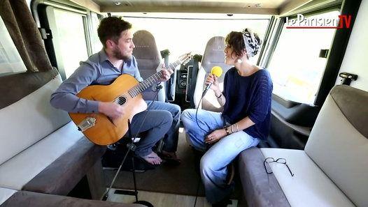 la Chanteuse ZAZ était en concert au festival Fiesta de PAMIERS (Ariège) samedi 16 juillet 2016.         Elle est venu dans notre camping car accompagnée de son guitariste Guillaume JUHEL pour reprendre une chanson de Serge Gainsbourg « Ces petits riens ».         Retrouvez l'info en temps réel avec Le Parisien : >> http://www.leparisien.fr/#xtor=AL-1481423430