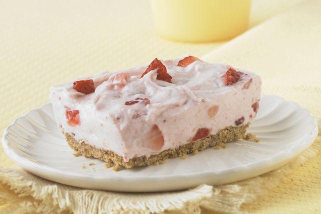 Tout y est : croûte de chapelure graham, gâteau au fromage crémeux, confiture de fraises et fraises fraîches, mais sans cuisson! Cette recette éclair fera la joie de tous!