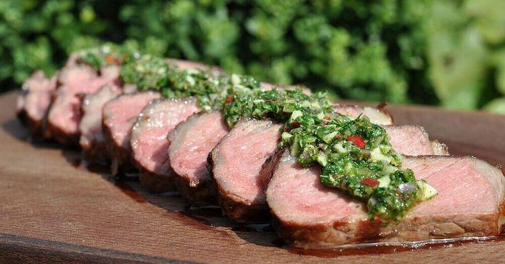 Chimichurri ist eine argentinische Kräutersauce, die in der Regel zu gegrilltem Rindfleisch und Steaks serviert wird. In Argentinien nutzt man die Sauce aber auch als Marinade für Fisch oder Geflüg…