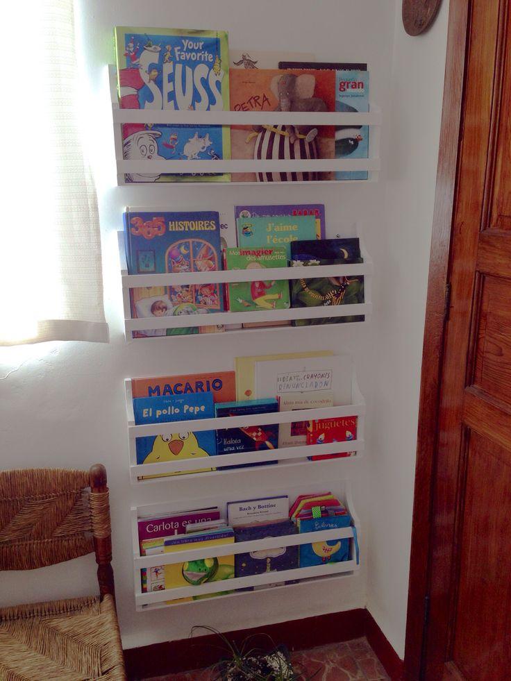 Librero para niños en el espacio entre una puerta y una ventana