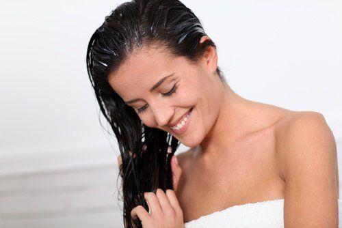Schöne Frau verwendet Behandlung gegen Haarausfall