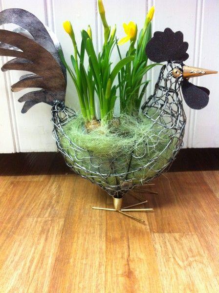 Påskdekoration. Här denna höna i helt och hållet återanvänt material planterad med påskliljor. www.home-design.se #påsk #påskblomma #höna #återanvänd