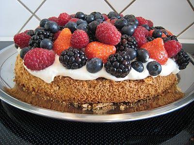Pernilles kager: Mandelbund med friske bær. Lagkage