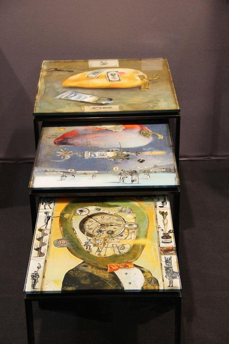 Les 3 enfants de la mère Gigogne de Bruno Mallart,  2015 Table gigogne en acier patiné, plateau avec oeuvre incluse sous verre trempé Édition sur 20 50 x 38 x 40 cm / 50 x 44 x 45 cm / 50 x 50 x 50 cm