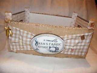 Con la caja de madera de las fresas.....pedirlas en las fruterías..... Tienen un montón de utilidades......