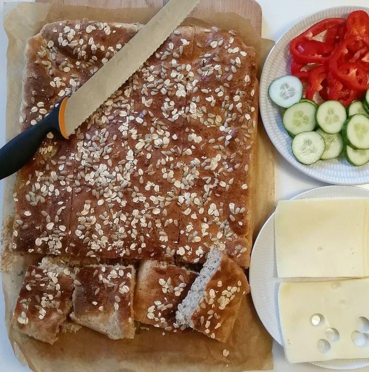 Ett gott och saftigt bröd med havregryn och grahamsmjöl. Den är söt i smaken och har en härlig konsistens. Brödet behöver bara jäsas en gång efter knådning.