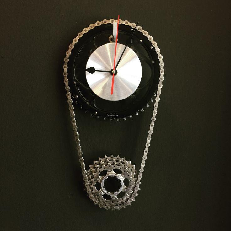 Kullanılmış bisiklet parçalarının geri dönüşümü ile yapılmış bir saat. Bir büyük ön dişli , bisiklet zinciri ve arka dişlinin kullanılmasından oluşur.