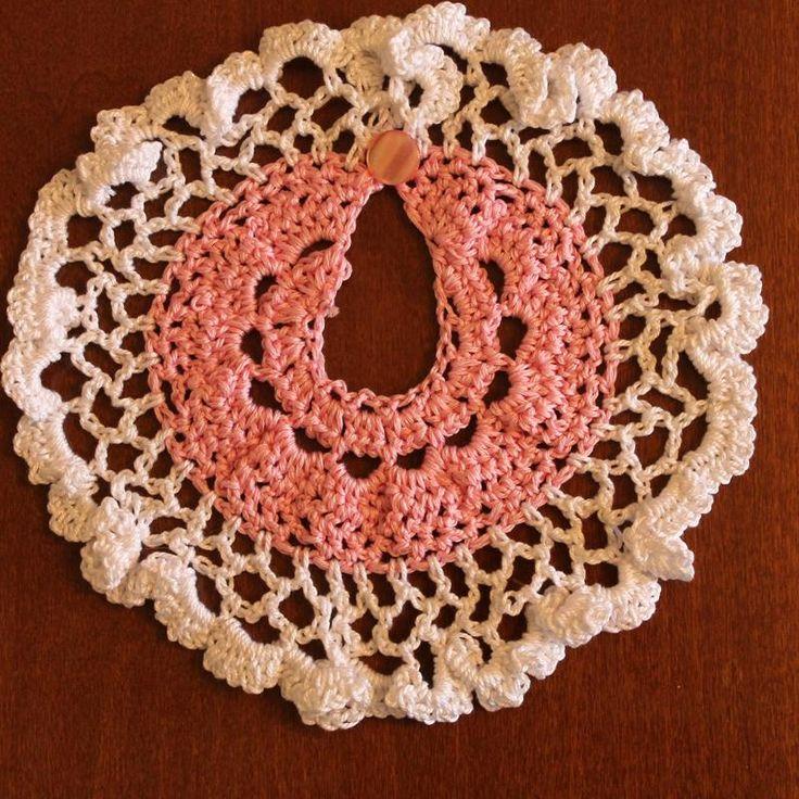 Stupendo bavaglino rosa chiaro e bianco realizzato a mano all'uncinetto