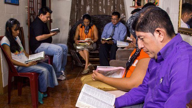 Las lecciones de células en Elim : Misión Cristiana Elim