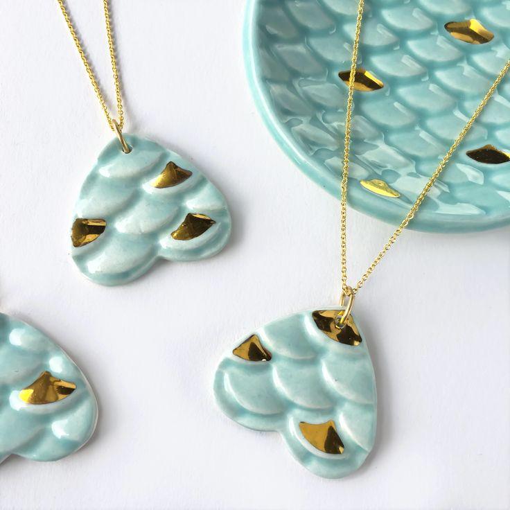 Zeemeermin halsketting - keramiek en gouden moderne modder keramische sieraden, Mermaid sieraden door ModernMud op Etsy https://www.etsy.com/nl/listing/511264384/zeemeermin-halsketting-keramiek-en