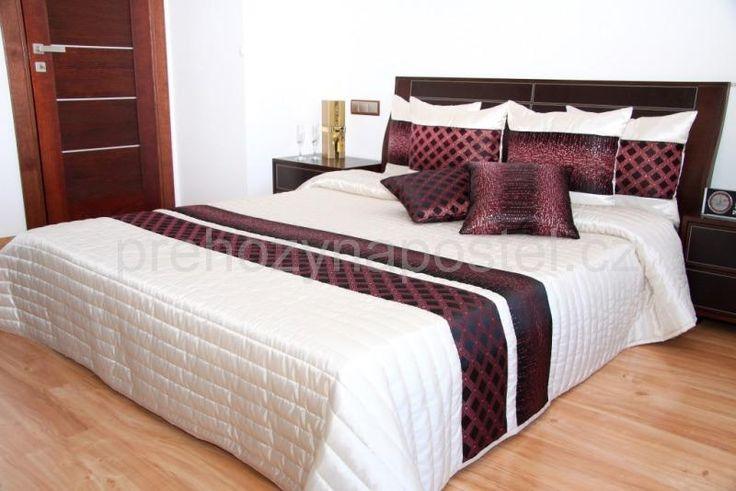 Krémový přehoz přes postel s bordovo černým vzorem