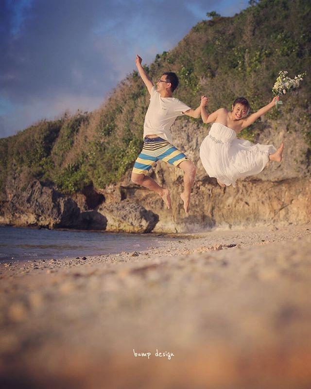 #グアムスタディツアー さらにスタッフ交代して、、 何故かビーチに来たらついやっちゃう、ジャンプ講習! みんなで面白かわいいジャンプを研究して何度も何度もジャンプしてみました。笑 新婦役のスタッフちゃんは元チアリーディングの選手なので飛び方がハンパない躍動感! 新郎役のスタッフは、、もう海パンだから新郎感すら全くなし。 そして、、 やっぱりスタッフ同士だから手の繋ぎ方がぎこちない! 笑 #結婚写真 #花嫁 #プレ花嫁 #結婚 #結婚式 #結婚準備 #婚約 #カメラマン #プロポーズ #前撮り #ロケーション前撮り #写真家 #ブライダル #ウェディングドレス #ウェディングフォト #記念写真 #ウェディング #IGersJP #weddingphoto #wedding #instagramjapan #weddingphotography #instawedding #bridal #ig_wedding #bride #bumpdesign #バンプデザイン