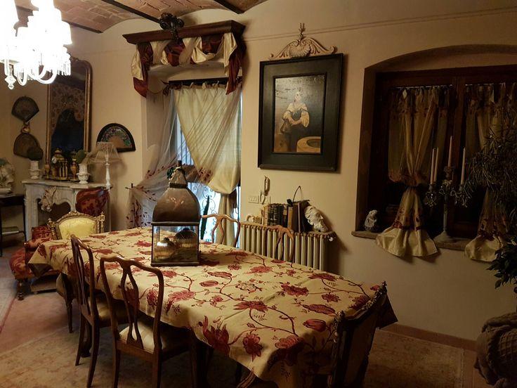 ambiente arredato con mobili antichi e rifinito con tende in tulle francesi con applicazioni in velluto di seta