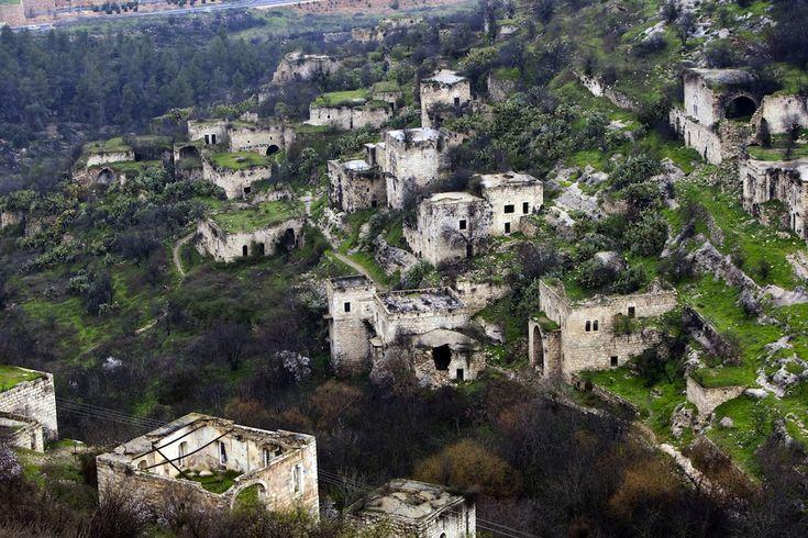 Lifta, Israele. È uno dei pochi villaggi palestinesi abbandonati e le cui rovine sono conservate ancora oggi. Lifta si trova in un'ampia vallata vicino a Gerusalemme. Nel 1948 forze israeliane uccisero alcuni residenti e costrinsero alla fuga i 3000 abitanti del villaggio, che da allora non poterono più tornare nelle loro case. (AHMAD GHARABLI/AFP/Getty Images)