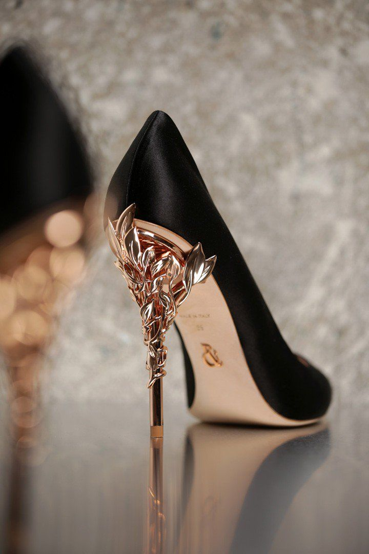 With ornamental filigree leaves spiralling naturally up the heel, that Ralp&Russo Fall-Winter 2016/17 shoe collection, harks back to the beauty and perfection of a lost paradise. As if from an enchanted fairy-tale, entangled in the