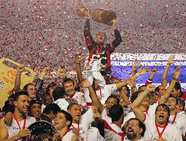 São Paulo vence Atlético Paranaense por 4x0, no Morumbi, e torna-se tricampeão da Libertadores da América, em 2005. O capitão Rogério Ceni levanta a taça!