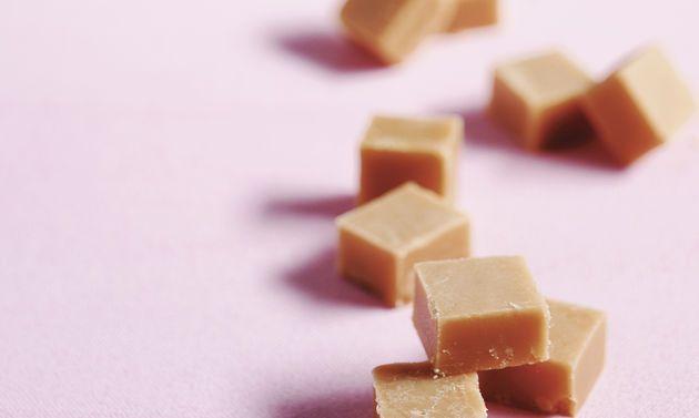 Rahmtäfeli (Caramels): Rahm, Vanillezucker und Zucker in einer grossen, weiten Pfanne unter ständigem Rühren mit dem Schwingbesen bei grosser Hitze ...