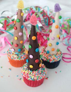 Deze vrolijk versierde #cupcakes zijn een superleuke #traktatie bij ieder feestje, zoals tijdens #Carnaval of een #kinderpartijtje.