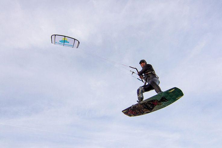 Der ferienwohnungen.de Kitesurfer will hoch hinaus. Kitesurf, kitesurfing, kite, Nordsee, Ostsee