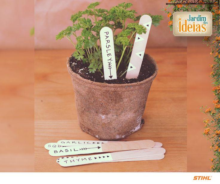 Sua horta é pequena? Então para não se confundir entre os temperos e ervas, use palitinhos de picolé para marcar as seções da sua plantação. Escreve o nome do que está a partir do palito com caneta hidro cor e desfrute dessa organização!