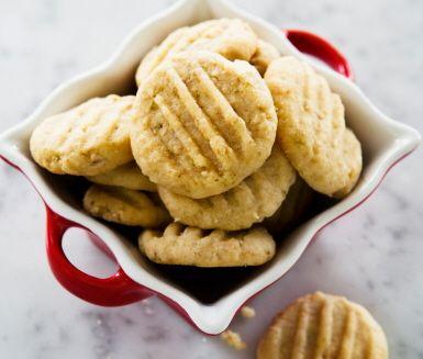 Gaffelkakor är fina småkakor bakade med havre och vetemjöl, naggade med en gaffel. Vårt kakrecept är juligt kryddat med malen ingefära och skal av lime. Smarriga kakor utan ägg, enkla att göra på julbaket. En favorit på kakfatet i jul!