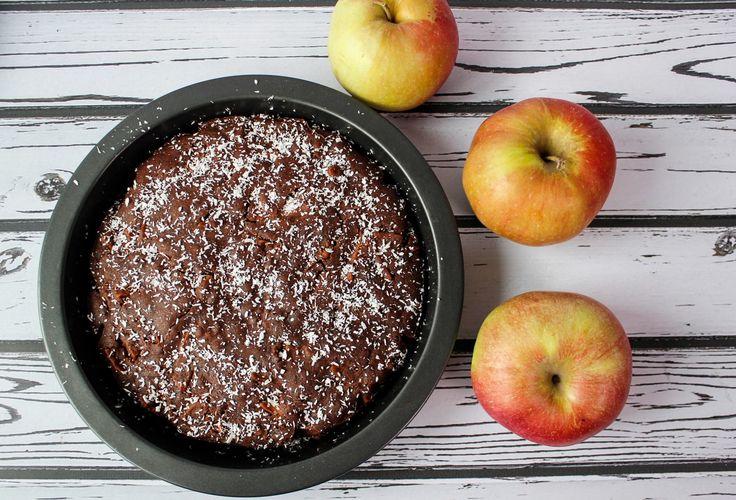 Wegańskie ciasto czekoladowe na bazie mąki bezglutenowej i z dodatkiem jabłka.